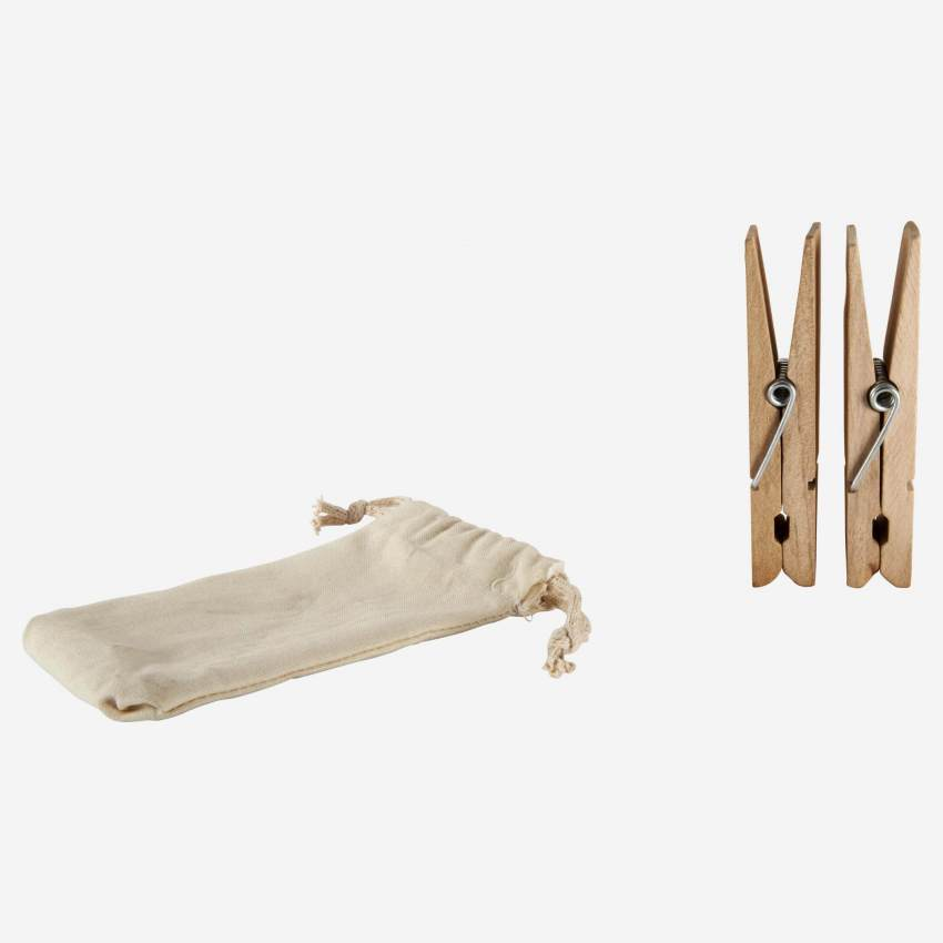 2 wooden clothes pegs