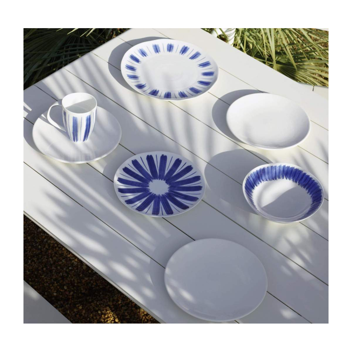 Flat plate made of porcelain, white and blue n°7