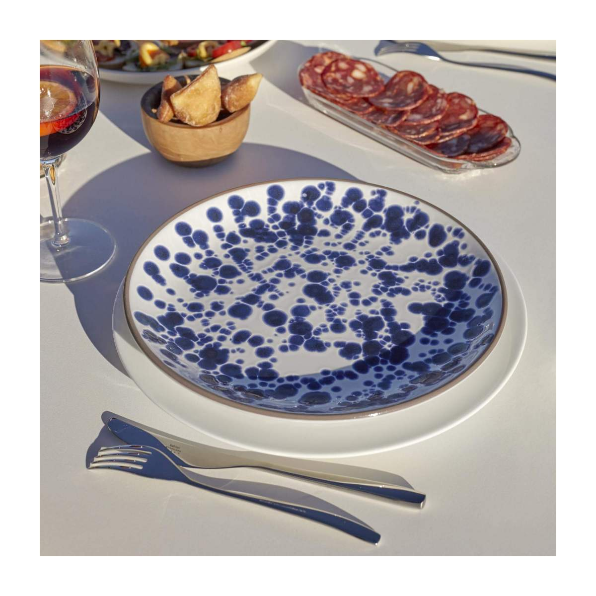 Flat plate 28cm made of terracotta, white and blue n°5