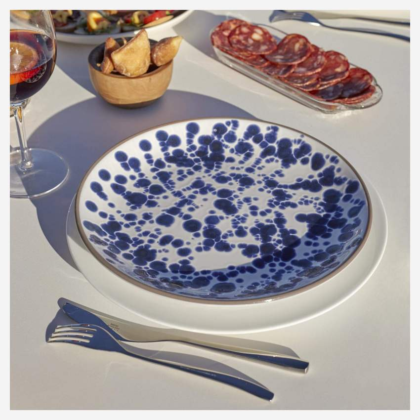 Flat plate 28cm made of terracotta, white and blue