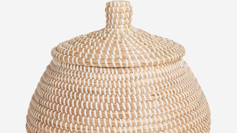 Basket with cover made of seagrass