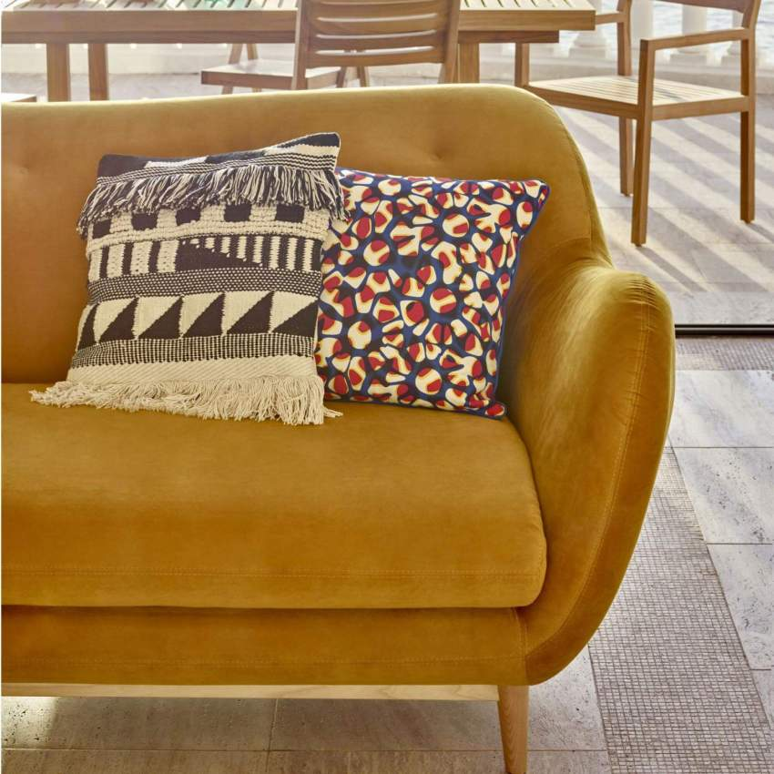 2-seat sofa made of velvet moutarde