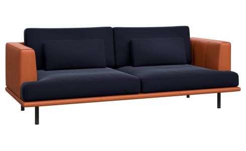 Canapé 3 places en velours Super Velvet dark blue avec base et accoudoirs en cuir marron