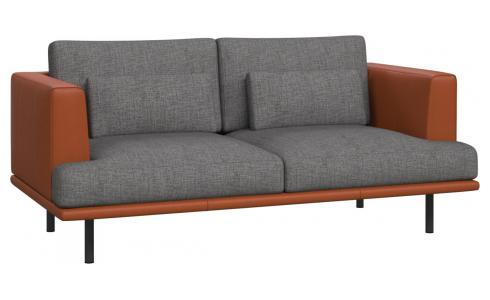 2-seter sofa Ancio river rock med base og vanger i brun skinn