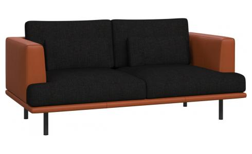2-seter sofa Ancio sort med base og vanger i brun skinn